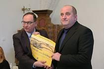 Starosta Letohradu Petr Fiala (vpravo) přebírá od náměstka hejtmana Romana Línka odměnu za vítězství v krajské soutěži Historické město roku.