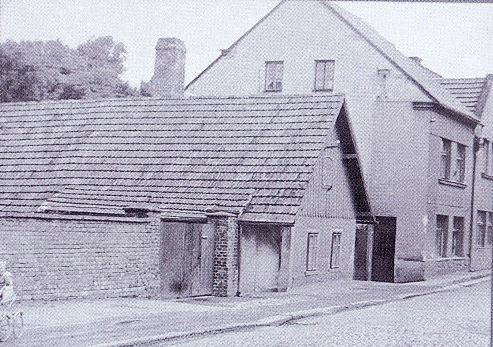 Bývalý hostinec U krále Ječmínka, budova vpravo, 60. léta 20. století.