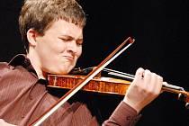 Matouš Michal, laureát loňské Kocianovy houslové soutěže, se představí ve středu večer v Roškotově divadle za doprovodu Komorní filharmonie Pardubice.