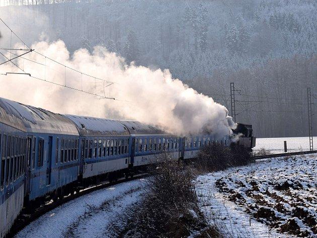 Vlak svezl v sedmi vagónech celkem přes šest stovek lidí.