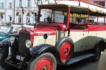 DVA UNIKÁTY značky Škoda karosované Sodomkou byly letos k vidění na Sodomkově Vysokém Mýtě: sanitní vůz Škoda 256B a hasičské vozidlo z roku 1928 (na snímku).