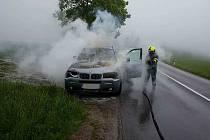 Řidička utekla na poslední chvíli, motor auta pohltily plamenyFoto: HZS Pardubického kraje