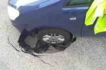 V neděli 27. června večer vyjížděl řidič ze dvora domu, než však zavřel bránu, jeho vozidlo se levým předním kolem propadlo.