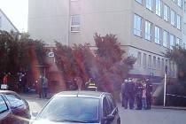 Policejní rekonstrukce úmrtí mladé ženy, která zemřela po pádu z okna.