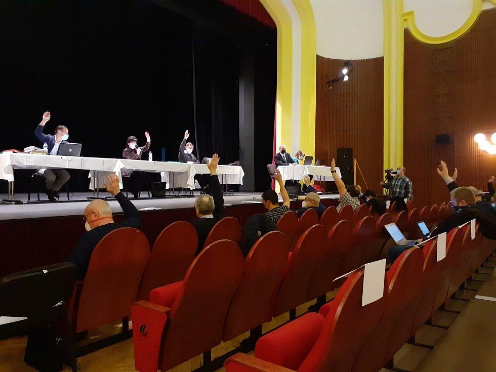 Na zasedání zastupitelstva v České Třebové byl schválen rozpočet města a diskutovalo se o kritizovaném kácení zeleně v parku u krematoria.