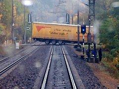 Kamion uvízl na přejezdu v Chocni.