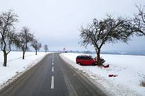 Mimo silnici skončilo i auto na trase Helvíkovice - Kameničná.