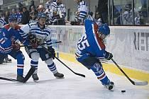 Kohouti na ledě dominovali. Litomyšl (v modrém) rozebrali, nasázeli 15 gólů a brali třetí místo.