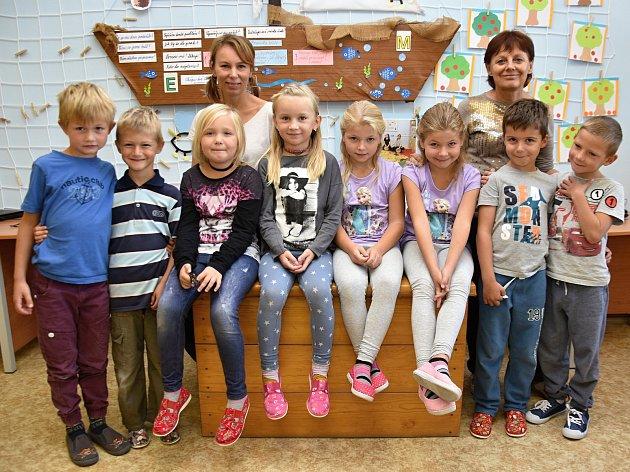 Žáci se Základní školy Zámrsk spaní učitelkou Jarmilou Jandovou a Jitkou Krhovskou.