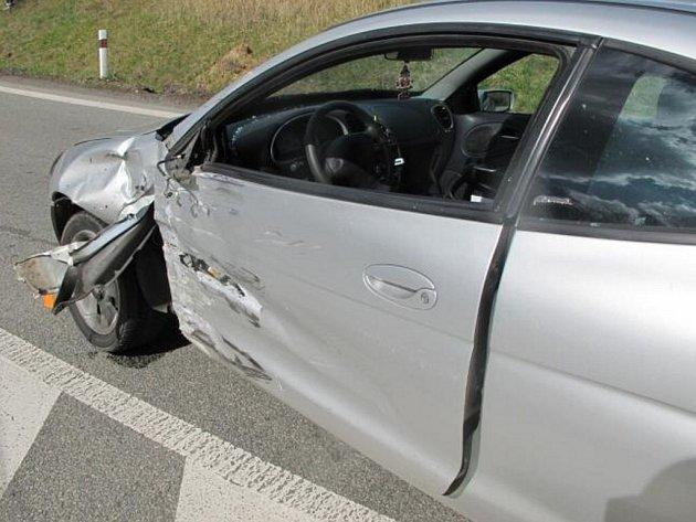 Vážná nehoda osobního auta a motorkáře.