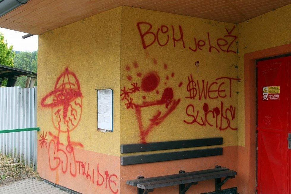 Únorové řádění vandala, který v Ústí nad Orlicí posprejoval mimo jiné dopravní zrcadlo nebo květináč, skončilo u soudu odnětím svobody a pokutou.
