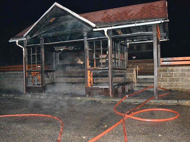 Vyhořelá zastávka v Pastvinách.