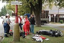 Policie hledá svědky nehody, při níž byl vážně zraněn motorkář.