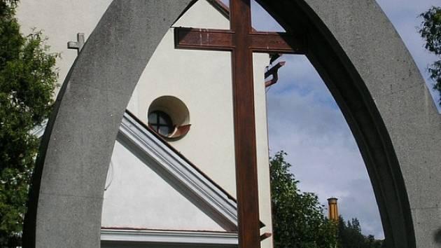 Od červenovodského kostela by měla být zastávka 300 metrů daleko.