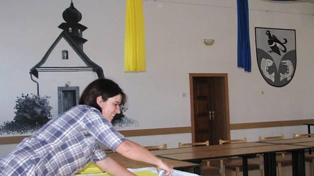 Přípravy v sále hospody U Coufalů.
