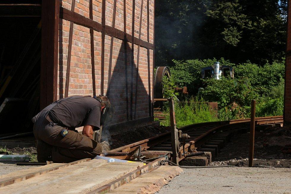 Nové koleje v proluce mezi stodolami