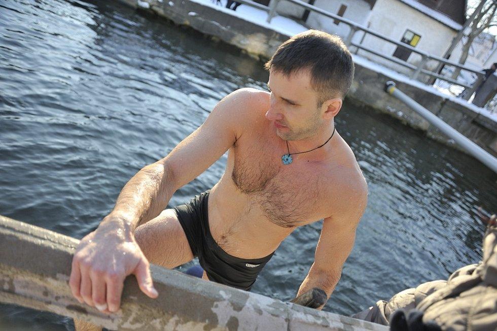 Otužilci plavali Napříč Chocní.