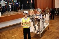 Plejádu originálních masek viděli ti, kteří dorazili v neděli na dětský maškarní karneval do Českých Heřmanic. Mezi maskami nechyběl Rumcajs, princezny a víly, kostičky Lega nebo třeba trestanci i s ostrahou.