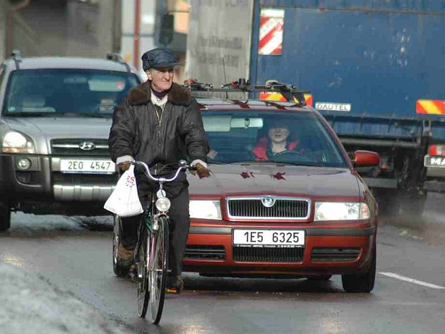 Cyklisté musejí dávat na silnicích velký pozor v každou denní dobu.