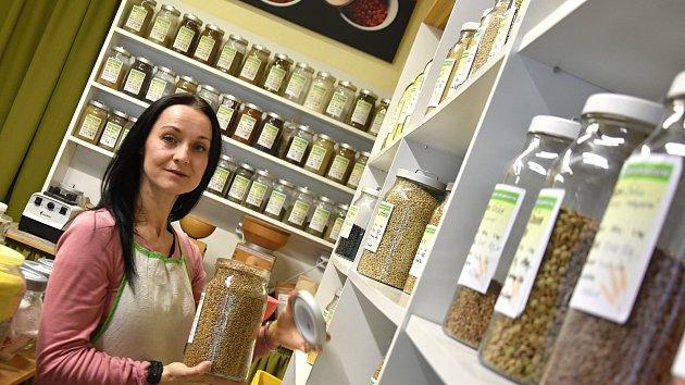 Šárka Michalcová má bezobalový obchod ve Vysokém Mýtě. Nabízí mouky, luštěniny, vločky, rýži... Přijďte si se sáčkem. Nasype vám, kolik si řeknete.
