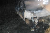 Auto po nehodě ve Skuhrově u České Třebové zachvátily plameny.