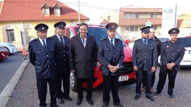 Dobrovolní hasiči ze Lhůty a Knířova u Vysokého Mýta převzali nový devítimístný dopravní automobil.