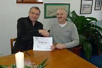 Starosta Jablonného Miroslav Wágner (vlevo) přebírá od ředitele firmy Isolit–Bravo Kvido Štěpánka šek na 703 tisíc korun pro Nadační fond nadaných.