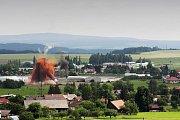 Odstřel komínu v Dlouhoňovicích u Žamberka.