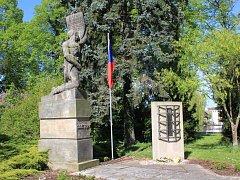 Památník obětem válek v Zámeckém parku v Chocni.