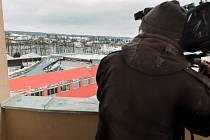 Střecha haly spadla 14. ledna loňského roku, den před plánovaným slavnostním otevřením, a to přímo během florbalového turnaje. Opravy trvaly jedenáct měsíců, sportovci se do ní vrátí už 11. ledna.