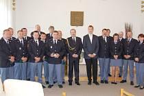 Profesionálním hasičům byly předány medaile Za věrnost.