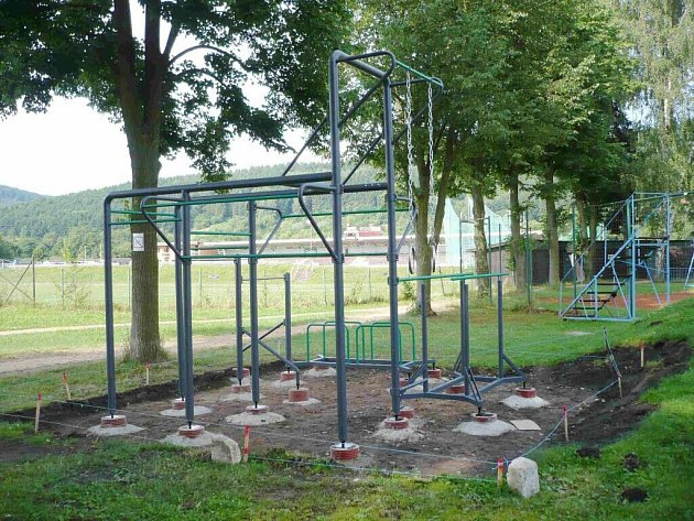Stavba workoutového hřiště v Ústí nad Orlicí.