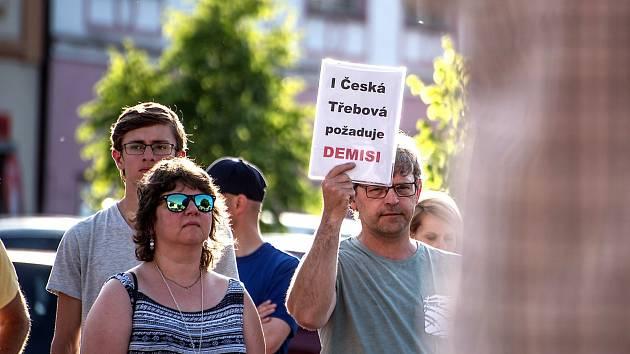 Při demonstraci v České Třebové zavoněl štrúdl