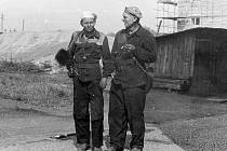 KOMINÍCI Jaroslav Lehečka (vlevo) a Jan Šlejmar mladší u novostaveb obytných domů na Trubech po roce 1960.