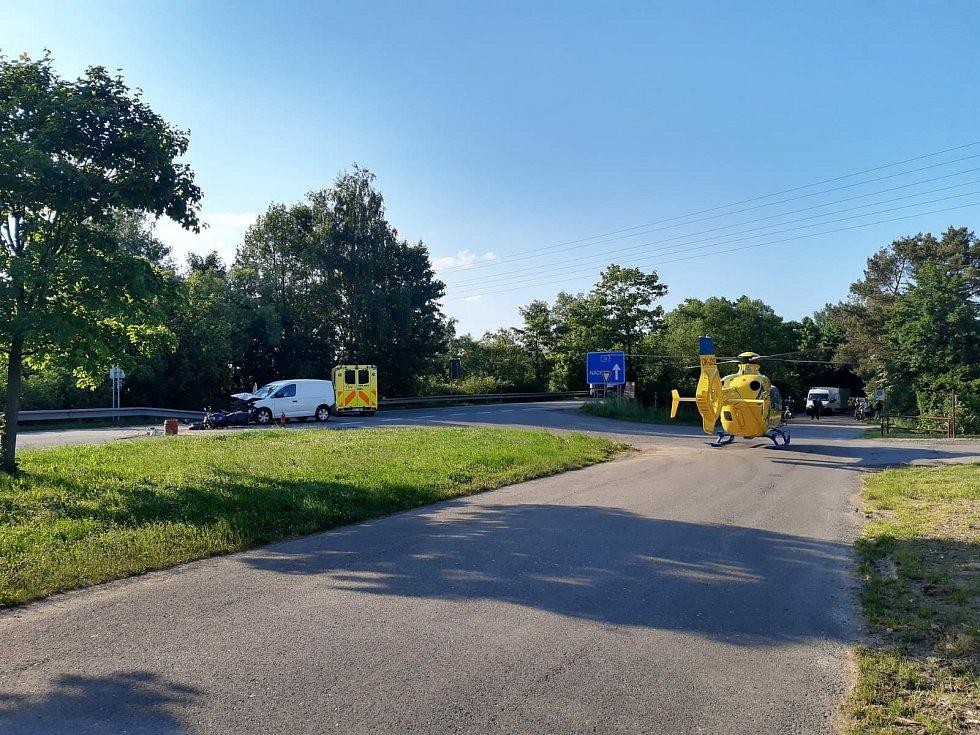 V úterý před půl šestou odpolední došlo na silnici číslo I/14 ke středu nákladního vozidla značky Volkswagen Caddy a motocyklu Yahama.