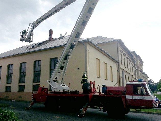 Poškozená střecha školní budovy ve Vysokém Mýtě.
