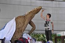 Tvořit sochy přijel do Lanškrouna i student výtvarného umění Tomáš Otoupal.