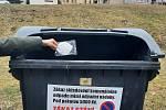 Respirátory a roušky vložte do plastového sáčku a vyhoďte do černé nádoby na komunální odpad.