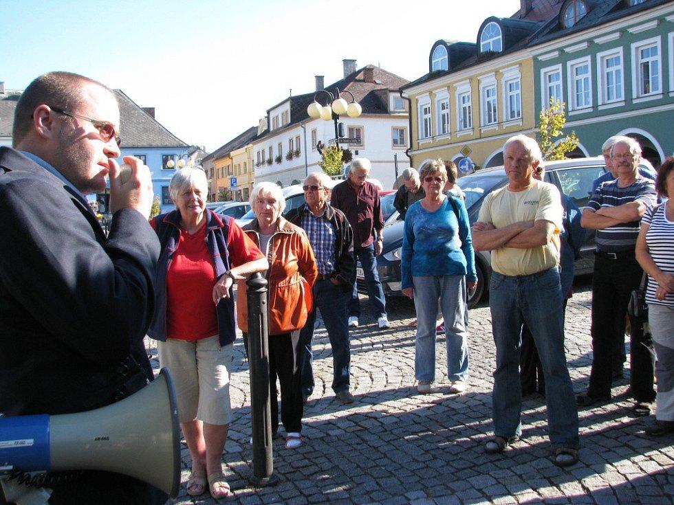 Odpůrci přestavby domu u rotundy uspořádali veřejné setkání a společně se zúčastnili jednání zastupitelů.