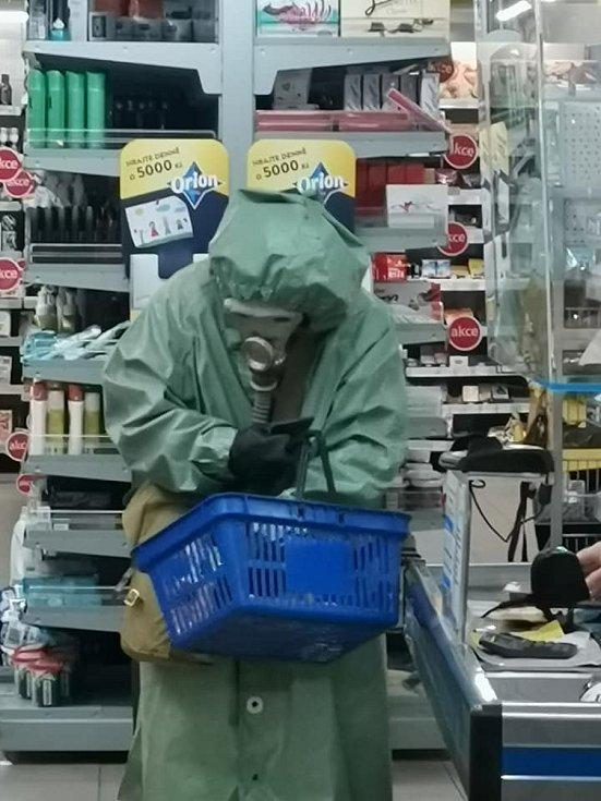 Na nákupy do Coopu jedině bezpečně oblečen. Vyfoceno ve Vysokém Mýtě.Foto: Lenka Vebrovávideo: https://www.facebook.com/100005261136397/videos/pcb.1752341964951158/1752341378284550
