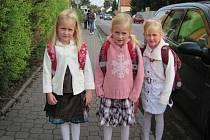 Trojčata Natálka, Nikolka  a Nelinka Jindrovy při první cestě do školy.
