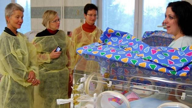Staniční sestra Michaela Sodomková provází sestry z Albertina Žamberk po jednotce intermediární péče o novorozence dětského oddělení Pardubické nemocnice.