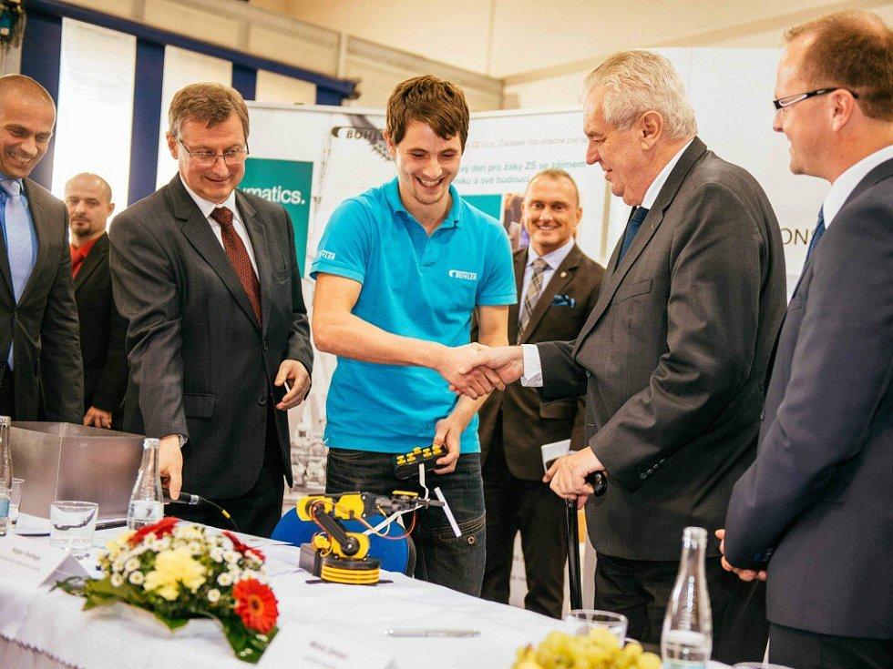 V Bühler CZ prezident Miloš Zeman jako dárek dostal robota, který dokáže podávat drobné předměty, k prezidentově radosti třeba cigaretu.