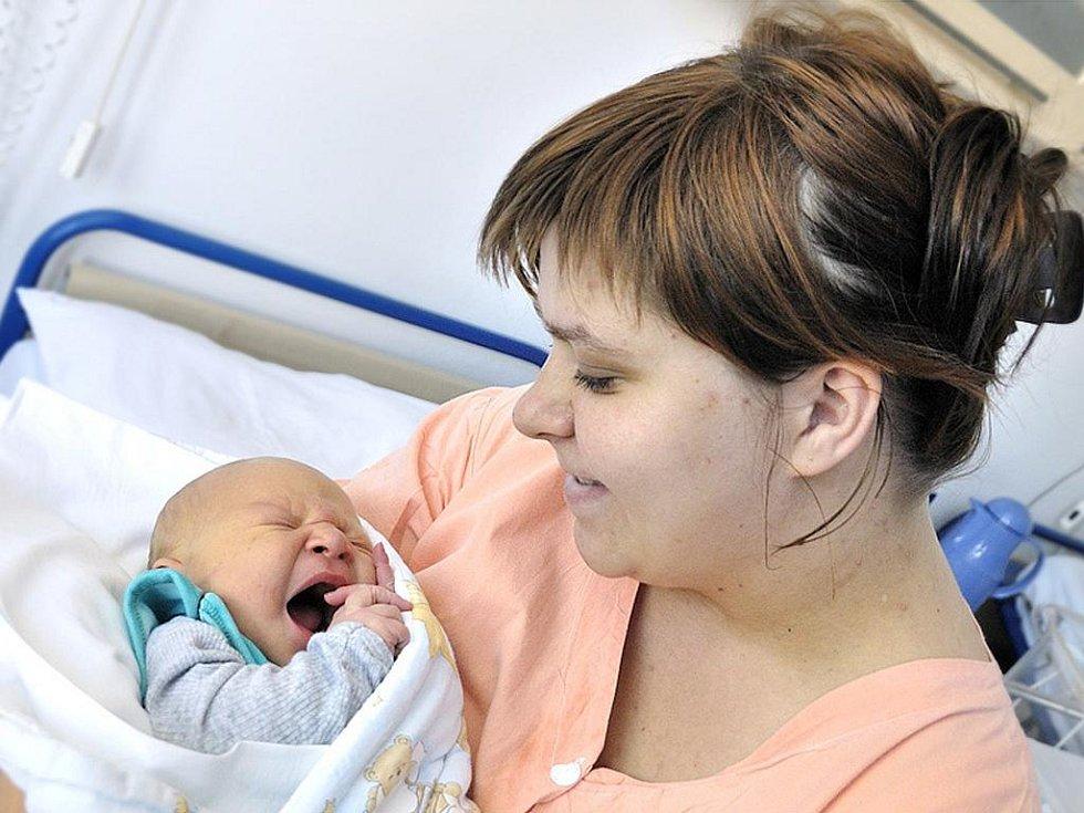 Patrik Matýs se narodil 1. června hodinu a půl po poledni. Na svět si přinesl pozoruhodných 5,10 kilogramu. S rodiči Romanou Matýsovou a Petrem Bednaríkem bude doma v Červené Vodě.