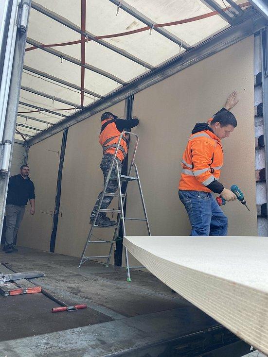 Nakládka kamionů ve firmě Isolit-Bravo v Jablonném nad Orlicí.