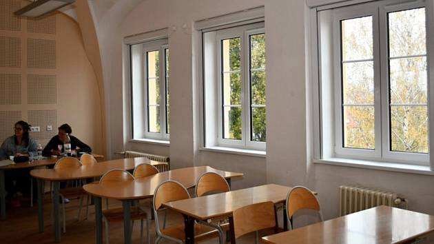 Zdravotnická škola se pyšní novými okny a hřištěm.