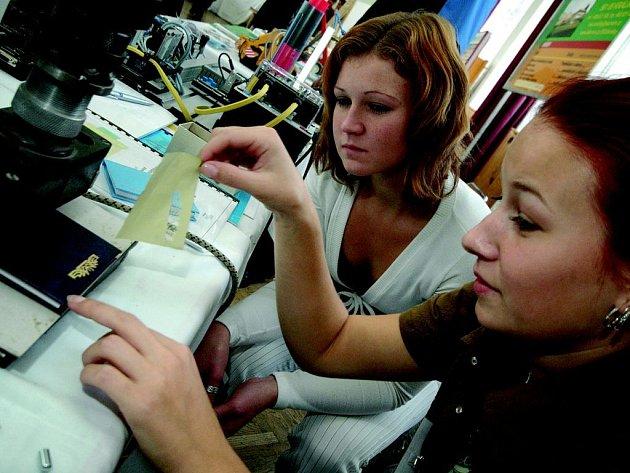 Na snímku jsou Markéta Slodičáková a Markéta Šindelová, studentky 3. ročníku oboru knihař pro ruční výrobu z Lanškrouna. Prezentace ve čtvrtek potrvá do 17 hodin.