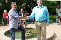 Vážka se vrátila. Autor plastiky František A. Bečka (vlevo) s ředitelem domova důchodců Janem Vojvodíkem.