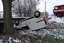 U Damníkova skončil osobní automobil na střeše mimo komunikaci