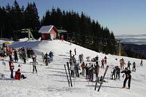 Zimní sezona se blíží. Pracovníci lyžařských areálů dokončují přípravy a doufají v lepší zimu. Kvůli té loňské museli omezit investice jen na ty nejnutnější. Ilustrační foto.